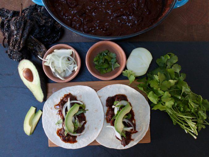 Ko i chili og chokolade salsa